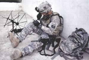 Ефрейтор американской армии проверяет свои средства связи