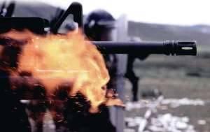 На совместной тренировке монгольские военные стреляют резиновыми пулями из однозарядного 40-мм гранатомета M203