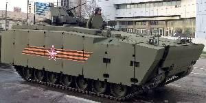 Бронетранспортер на основе унифицированной средней гусеничной платформы «Курганец-25» накануне парадного марша